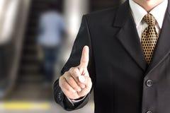 Punto della mano dell'uomo d'affari sullo schermo in bianco virtuale Immagini Stock