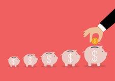 Punto della moneta dell'inserzione della mano di affari nel porcellino salvadanaio Immagini Stock