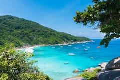 Punto di bella vista con cielo blu e le nuvole, mare blu e spiaggia di sabbia bianca con la barca sull'isola di Similan Fotografia Stock Libera da Diritti