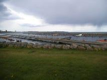 Punto di imbarco per le barche sulla riva di Vadstena immagini stock libere da diritti