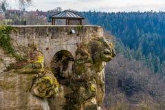 Punto di osservazione nella foresta sopra in Sudetenland, crescente sulle montagne dell'arenaria Fotografia Stock Libera da Diritti