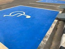 Punto di parcheggio blu all'aperto di handicap immagini stock