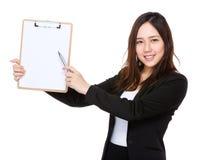 Punto di penna asiatico della donna di affari alla lavagna per appunti con carta in bianco fotografia stock libera da diritti