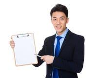 Punto di penna dell'uomo d'affari alla lavagna per appunti fotografia stock
