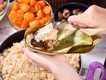Punto di procedura di fabbricazione della ricetta dello gnocco del riso o di zhonzi su Dragon Boat Festival fotografie stock libere da diritti