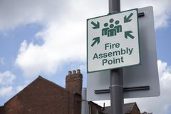 Punto di raduno del fuoco del segno sulla via Fotografia Stock