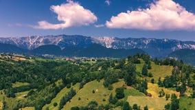 Punto di riferimento alpino della Transilvania di estate, paesaggio con i campi verdi Immagini Stock Libere da Diritti