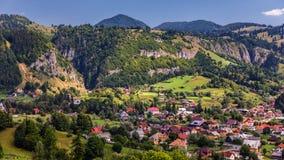 Punto di riferimento alpino della Transilvania di estate, paesaggio con i campi verdi Fotografia Stock