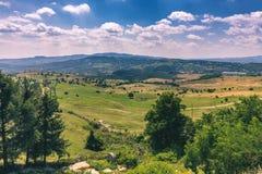 Punto di riferimento alpino della Transilvania di estate, paesaggio con i campi verdi Fotografia Stock Libera da Diritti