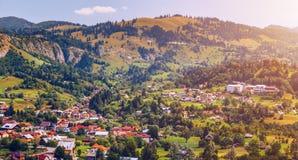 Punto di riferimento alpino della Transilvania di estate, paesaggio con i campi verdi Fotografie Stock Libere da Diritti