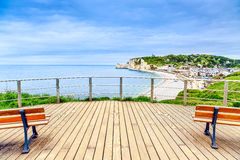 Punto di riferimento, balcone, spiaggia e villaggio di vista panoramica di Etretat. La Normandia, Francia. Fotografia Stock