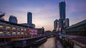 Punto di riferimento canale del saep di Saen, della Tailandia e passeggeri di trasporto della barca a Bangkok del centro, Tailand video d archivio