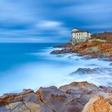 Punto di riferimento del castello di Boccale sulla roccia e sul mare della scogliera. La Toscana, Italia. Fotografia lunga di espo Immagine Stock