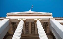 Punto di riferimento dell'entrata della costruzione dell'università di Atene Immagine Stock