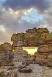 Punto di riferimento della finestra della roccia di Isalo in un paesaggio della natura nel Madagascar immagini stock libere da diritti