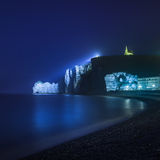 Punto di riferimento della scogliera e della chiesa di Etretat e la sua spiaggia. Fotografia di notte. La Normandia, Francia. Immagini Stock Libere da Diritti
