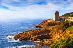 Punto di riferimento della torre di Calafuria sulla roccia della scogliera, sul ponte di aurelia e sul mare Fotografia Stock Libera da Diritti