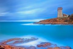 Punto di riferimento della torre di Calafuria sulla roccia e sul mare della scogliera. La Toscana, Italia. Fotografia lunga di esp Immagine Stock