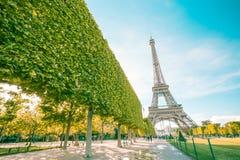 Punto di riferimento della torre Eiffel di Parigi con il filtro d'annata immagine stock