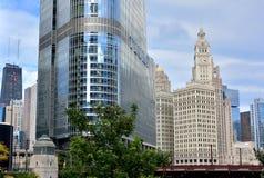Punto di riferimento di Chicago, hotel internazionale di Trump e torre di orologio di Wrigley Immagine Stock Libera da Diritti