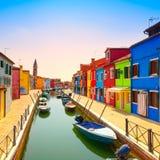 Punto di riferimento di Venezia, canale dell'isola di Burano, case variopinte e barche, fotografie stock