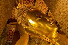 Punto di riferimento, fine su bello grande Buddha che si adagia, tempio dorato Wat Pho della statua in Asia Bankok Tailandia immagine stock