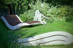 Punto di vacanza con la sedia di salotto nel parco di estate della città Immagini Stock Libere da Diritti