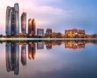 Punto di vista di Abu Dhabi Skyline ad alba, UAE fotografia stock