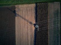 Punto di vista aereo dell'occhio di uccello di volo del fuco dell'erba di falciatura del trattore sul bello agricoltore verde del Fotografie Stock Libere da Diritti