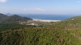 Punto di vista aereo della parte posteriore della foto del fuco di Loh Lana Bay, parte dell'isola tropicale iconica di Phi Phi Immagine Stock