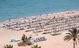 Punto di vista aereo della spiaggia e dei villeggianti sulla vacanza fotografia stock