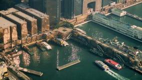 Punto di vista aereo di panorama di Hong Kong Island con il terminale della porta stock footage