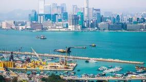 Punto di vista aereo di panorama di lasso di tempo di Hong Kong Island con il terminale della porta del carico video d archivio