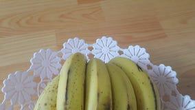 Punto di vista alto vicino della banana matura coltivata disposta nel changair di plastica fotografia stock