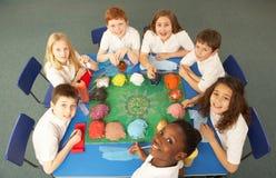 Punto di vista ambientale degli scolari che lavorano insieme Fotografie Stock Libere da Diritti