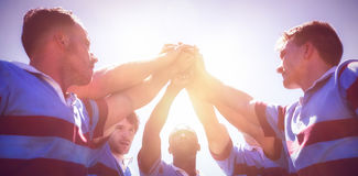 Punto di vista di angolo basso del gruppo di rugby che impila le mani Immagine Stock Libera da Diritti