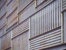 Punto di vista di angolo basso delle plance e di Rusty Metal Frame Facade di legno modellati con il fuoco selettivo immagine stock libera da diritti