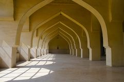 Punto di vista architettonico interno lungo di Jama Masjid, Gulbarga, il Karnataka immagini stock