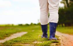 Punto di vista basso dell'agricoltore che cammina lungo la strada rurale della campagna Immagini Stock Libere da Diritti