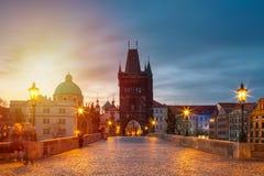 Punto di vista di Charles Bridge a Praga durante il tramonto, repubblica Ceca Il punto di riferimento di fama mondiale di Praga immagine stock