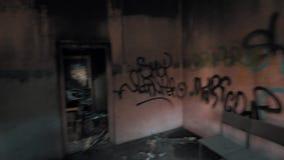 Punto di vista che vaga nella sala di costruzione abbandonata al tempo di giorno video d archivio