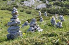 Punto di vista con i cairn di pietra bianchi sulla traccia di escursione Alta Via del Monte Baldo, modo della cresta in montagne  Fotografia Stock