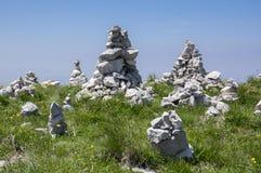 Punto di vista con i cairn di pietra bianchi sulla traccia di escursione Alta Via del Monte Baldo, modo della cresta in montagne  Fotografie Stock Libere da Diritti