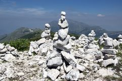 Punto di vista con i cairn di pietra bianchi sulla traccia di escursione Alta Via del Monte Baldo, modo della cresta in montagne  Immagine Stock Libera da Diritti