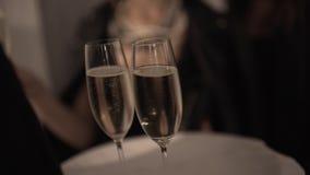Punto di vista confuso del cameriere in vassoio di tenuta nero con tre vetri di champaigne archivi video