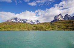 Punto di vista di Cuernos del Paine dal lago Pehoe nel parco nazionale di Torres del Paine, regione del Magallanes, Cile del sud Immagini Stock