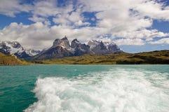 Punto di vista di Cuernos del Paine dal lago Pehoe nel parco nazionale di Torres del Paine, regione del Magallanes, Cile del sud Immagine Stock Libera da Diritti