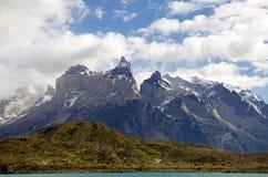 Punto di vista di Cuernos del Paine dal lago Pehoe nel parco nazionale di Torres del Paine, regione del Magallanes, Cile del sud Immagine Stock