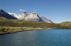 Punto di vista di Cuernos del Paine dal lago Pehoe nel parco nazionale di Torres del Paine, regione del Magallanes, Cile del sud Fotografie Stock