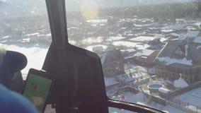 Punto di vista dal pilota di un atterraggio dell'elicottero in sci che visita casetta archivi video